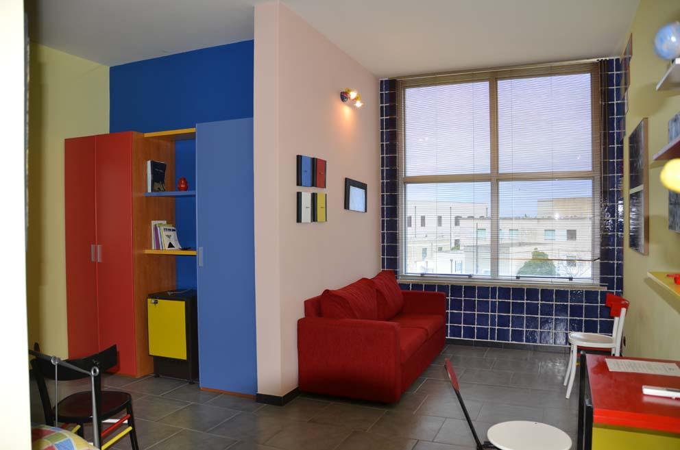 Zona relax suite Mondrian con finestra vista mare