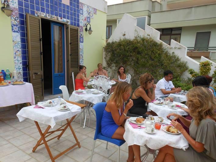 Ospiti a colazione sul terrazzo panoramico