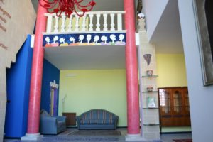 Divano nella galleria del bed and breakfast
