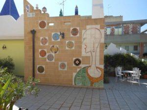 Parete Bollicine: muro decorativo realizzato con ceramica personalizzata incastonata nel carparo