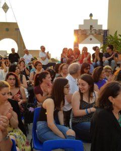 Ospiti durante uno spettacolo nel roof garden