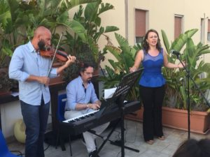 Performance musicale nel roof garden della struttura