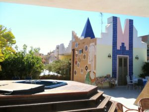 Ingresso del roof garden e parete decorata