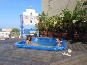 Ospiti fanno il bagno nella Jacuzzi